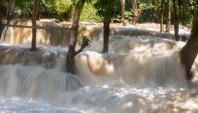 在洪水季节的瀑布 库存照片