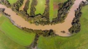 在洪水期间的黑暗的河弯 免版税库存照片