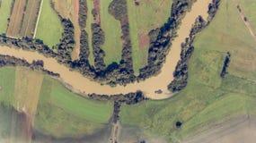 在洪水期间的黑暗的河弯 图库摄影