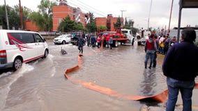 在洪水期间,市政工作者耗尽下水道 股票视频