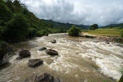 在洪水的河小河在几天雨以后在北越 免版税库存图片