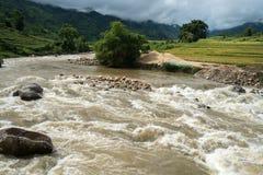 在洪水的河小河在几天雨以后在北越 免版税图库摄影