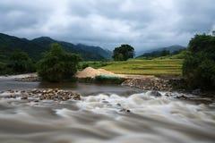 在洪水的河小河在几天雨以后在北越 免版税库存照片