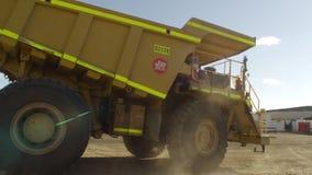 在活动中一辆黄色的卡车 股票录像