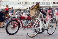 在活跃人人群的许多葡萄酒自行车在节日的开始在欧洲 库存图片