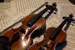 在活页乐谱的木小提琴 库存照片