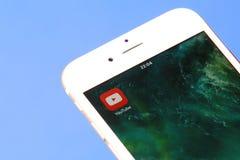 在流动屏幕特写镜头的YouTube象 免版税库存照片
