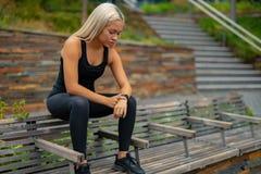 在流动智能手机应用程序跟踪的进展的健身赛跑者刺激的 库存照片