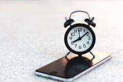 在流动智能手机的闹钟有拷贝空间的 库存照片