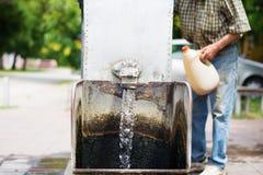 在流动的自流水泉源安装的哥特式子口 选择聚焦 免版税库存照片