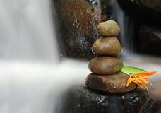 在流动的水的禅宗岩石 免版税库存照片