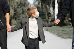 在流感屏蔽的孩子 库存图片