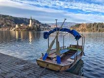 在流血的湖斯洛文尼亚的Pletna小船 免版税库存照片