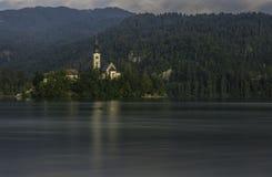 在流血的湖,斯洛文尼亚中间的教会 图库摄影