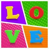 在流行艺术背景的五颜六色的爱字母表 免版税库存照片