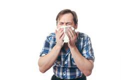 在流鼻涕围巾的人咳嗽 免版税图库摄影