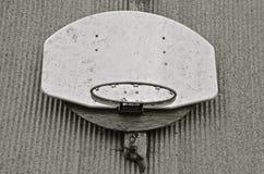 在流洒的波纹状的金属的篮球档板(黑白) 免版税库存照片