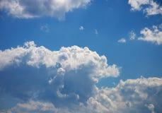 在浅兰的天空的白色云彩 库存图片