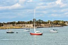 在浅兰的天空背景的风船和卡斯蒂略de圣马科斯堡垒在佛罗里达的历史的海岸 库存图片