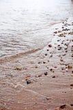 在浅水区的小卵石在红海在埃拉特,以色列 库存照片