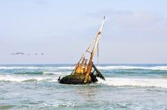 在浅波浪的海难 免版税库存照片