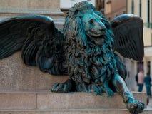 在浅浮雕的威尼斯式狮子在街道上 免版税库存照片