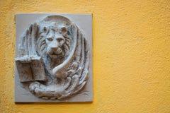 在浅浮雕的威尼斯式狮子在街道上 库存图片