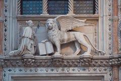 在浅浮雕的威尼斯式狮子在街道上 免版税库存图片