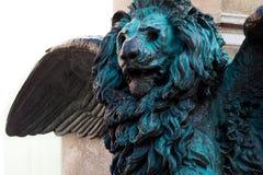 在浅浮雕的威尼斯式狮子在街道上 库存照片