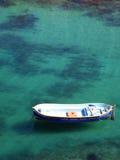 在浅盐水湖的小消遣小船 图库摄影