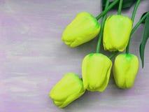 在浅紫色的背景的郁金香浪漫卡片生动的黄色郁金香与拷贝空间 免版税库存照片