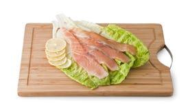 在浅绿色的叶子的被分类的鳟鱼用柠檬 库存图片