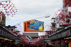 在浅草寺庙的购物街道 免版税图库摄影