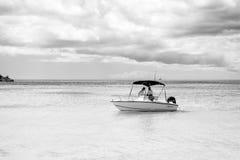 在浅蓝色海水的汽艇 免版税库存照片