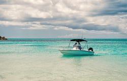 在浅蓝色海水的汽艇 免版税库存图片