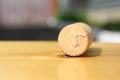 在浅褐色的桌上的老酒黄柏 库存图片