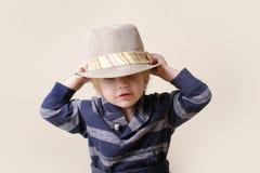 在浅顶软呢帽帽子的Chid :时尚 免版税库存照片