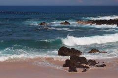 在浅水区的波浪 海滩boucan canot留尼汪岛 免版税图库摄影