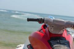在浅水区的红色喷气机滑雪海滩 库存图片