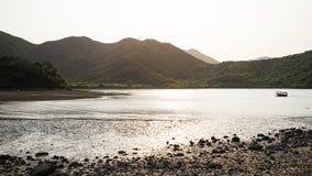 在浅滩的壮观的日落 免版税库存照片