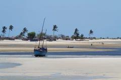 在浅滩的小船 免版税库存图片
