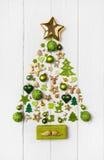 在浅绿色,白色和金黄co的欢乐圣诞节装饰 免版税库存照片