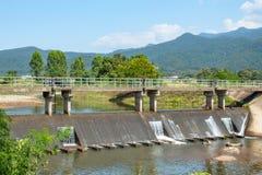 在测流堰的具体桥梁在河 从的哪些流程 库存图片