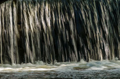 在测流堰的瀑布 免版税库存图片