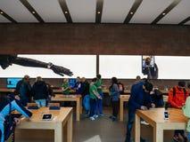 在测试从聪明的苹果计算机商店里面的顾客不同的产品 免版税图库摄影