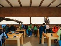 在测试从聪明的苹果计算机商店里面的顾客不同的产品 库存照片