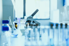 在测试实验室的现代科学医疗设备诊所的 免版税图库摄影