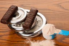 在测量的瓢,蛋白质酒吧,米磁带的乳清蛋白粉末 免版税库存照片