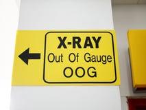 在测量仪标志外面的机场X-射线 免版税库存图片