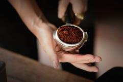 在浓咖啡瓢, Barista的咖啡粉末 图库摄影